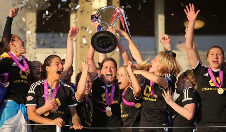 epa04748618 Frankfurt Kerstin Garefrekes (C) celebrates with the trophy after winning the Women's Champions League final match between FFC Frankfurt and Paris St. Germain in the Friedrich Ludwig Jahn Sportpark in Berlin, Germany, 14 May 2015.  EPA/KAY NIETFELD