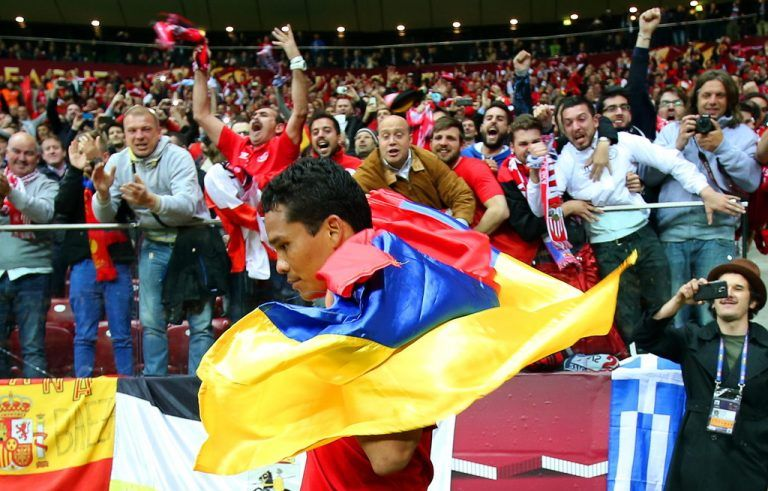 epa04771374 Sevilla's Carlos Bacca celebrates with the Colombian flag after scoring the 3-2 lead during the UEFA Europa League final between FC Dnipro Dnipropetrovsk and Sevilla FC at the National Stadium in Warsaw, Poland, 27 May 2015. EPA/LESZEK SZYMANSKI