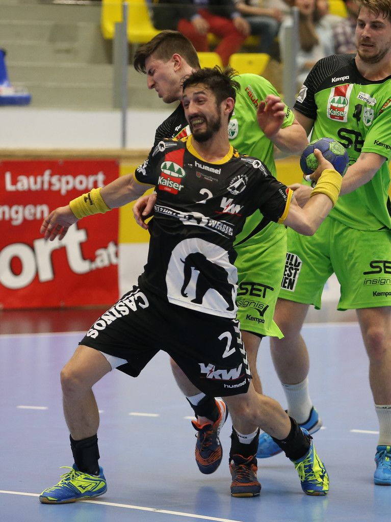 MARIA ENZERSDORF,AUSTRIA,12.MAY.15 - HANDBALL - HLA, Handball Liga Austria, play off semifinal, SG Handball Westwien vs Bregenz Handball. Image shows Lucas Mayer (Bregenz) and Alexander Hermann (West Wien). Photo: GEPA pictures/ Mario Kneisl