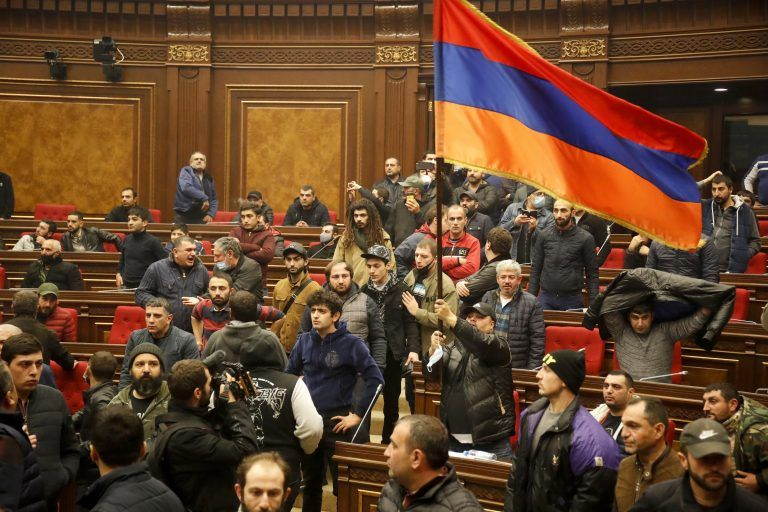 "Demonstranten besetzen das Parlament in Armenien. <span class=""copyright"">AP</span>"